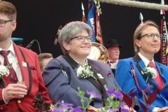 Christine Geissbühler wird für 30 Jahre aktives Musizieren geehrt.